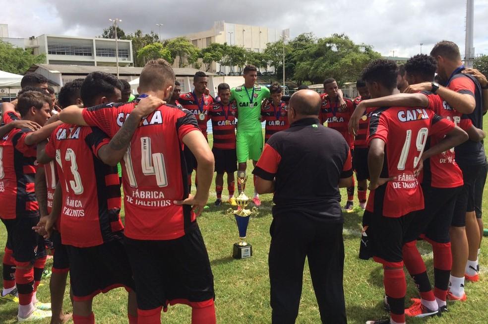 Jogadores e comissão técnica do Vitória comemoram título da Supercopa Natal Sub-17 (Foto: Diego Simonetti)