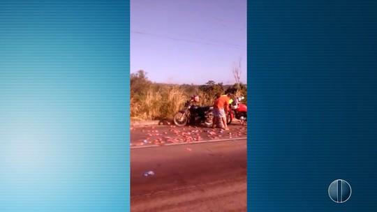 No RN, caminhão tomba na BR-101 e população furta carga caída na pista