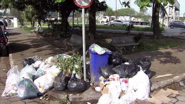 Lixo acumulado nas ruas de Guarujá (Foto: Reprodução/TV Tribuna)