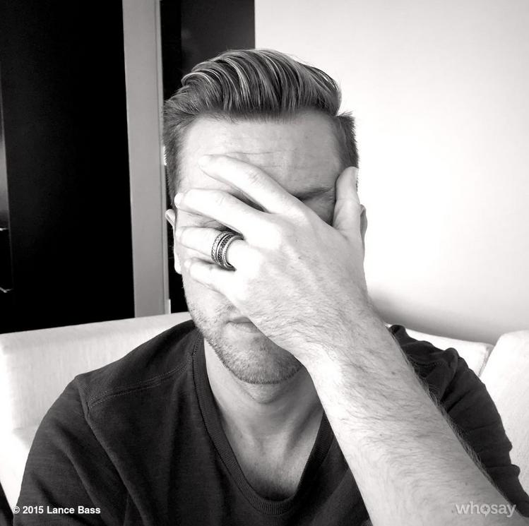 Lance Bass tampa os olhos em selfie pra a campanha (Foto: Reprodução/Instagram)