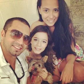 Latino e as filhas (Foto: Reprodução/ Instagram)