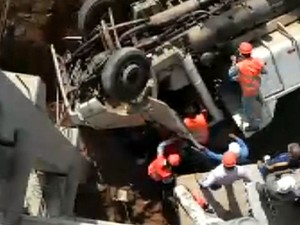 Caminhão tombado após acidente nas obras do Shopping Iguatemi em Campinas (Foto: Reprodução EPTV)