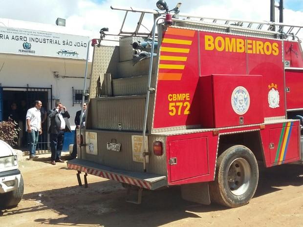 Bombeiros foram acionados para conter o fogo na unidade  (Foto: Pedro Lins/TV Globo)