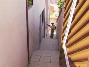 Agentes percorrem imóveis com fumacê em Três Corações (MG) (Foto: Reprodução EPTV/Tarciso Silva)