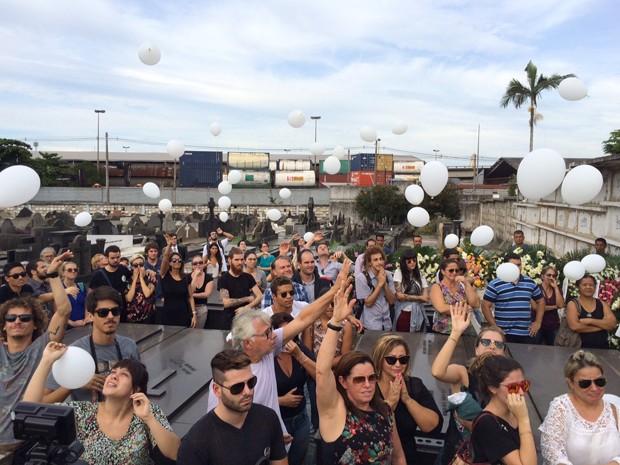Dezenas de amigos e familiares foram se despedir de Sarah (Foto: Matheus Rodrigues / G1)