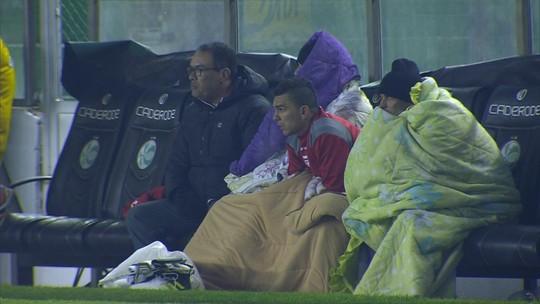 Jogadores usam cobertores para se proteger do frio em jogo entre Juventude e CRB