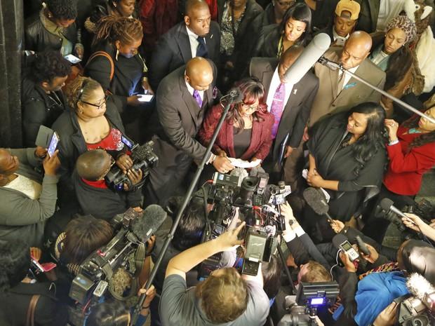 Jannie Ligons, uma das vítimas do policial, fala com a imprensa após o julgamento (Foto: Steve Gooch/The Oklahoman via AP)