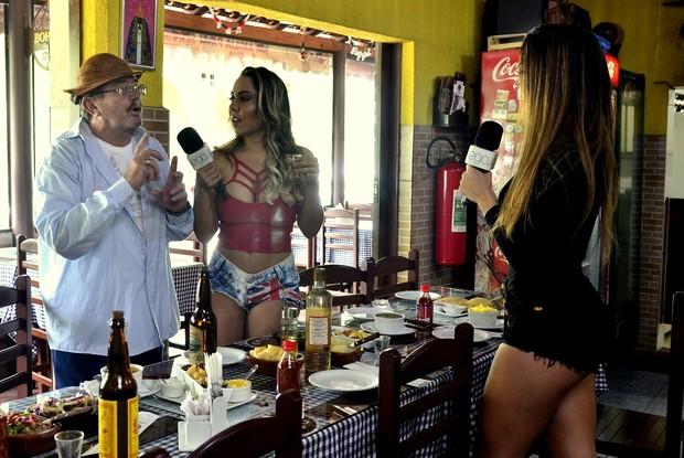 Mulher Melão e Denise Dias tiam dúvidas com sr Roberto (Foto: Roberto Teixeira/EGO)