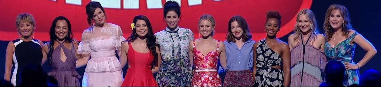 Da esquerda para direita: Paige O'Hara (A Bela e a Fera), Irene Bedard (Pocahontas), Mandy Moore (Enrolados), Auli'i Cravalho (Moana), Sarah Silverman (Vanellope von Schweetz em Detona Ralph), Kristen Bell (Anna em Frozen), Kelly Macdonald (Valente), Anika Noni Rose (A Princesa e o Sapo), Linda Larkin (Jasmim e Aladin), e Jodi Benson (A Pequena Sereia). (Foto: Youtube)