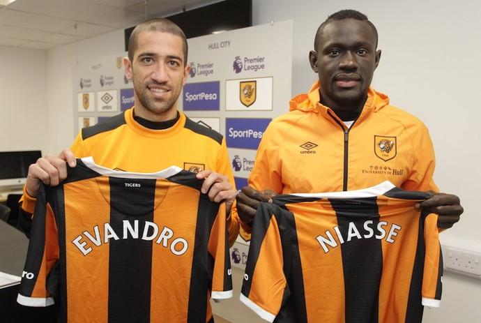Evandro e Niasse são apresentados no Hull City (Foto: Divulgação)
