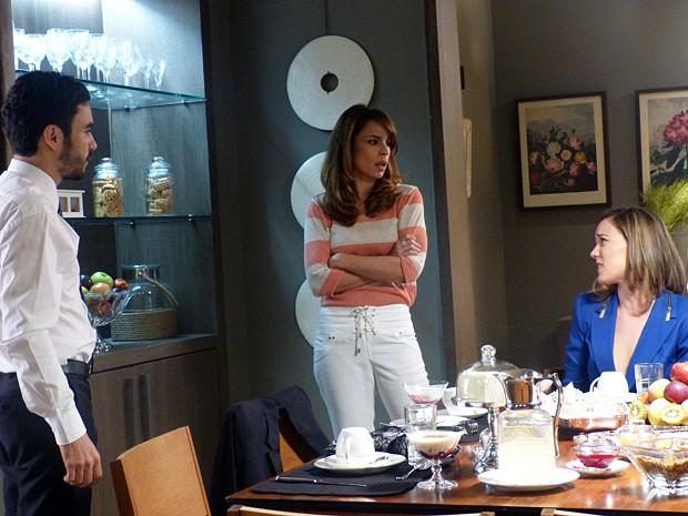 Danielle flagra Pedro e Amanda de papinho (Foto: Império/TV Globo)