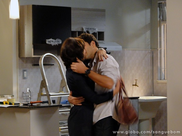 Renata e Érico tascam beijão (Foto: Sangue Bom/TV Globo)