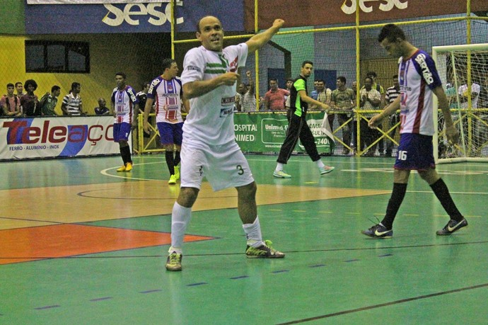 Marquinhos marca e dança no final  (Foto: Magda Lomeu )