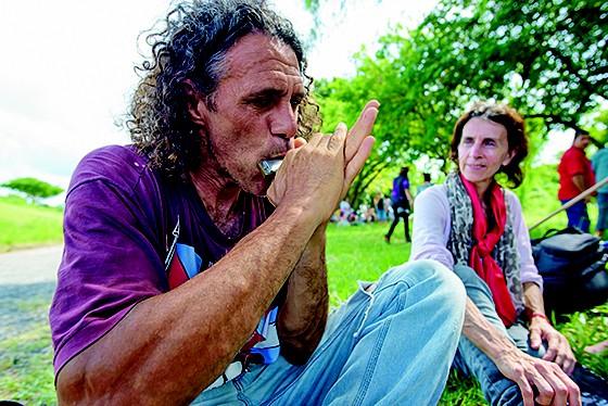 WOODSTOCK  Música, gritos anticapitalistas e discussões sobre o meio ambiente ajudavam militantes a passar o tempo (Foto:  Arthur Kolbetz)