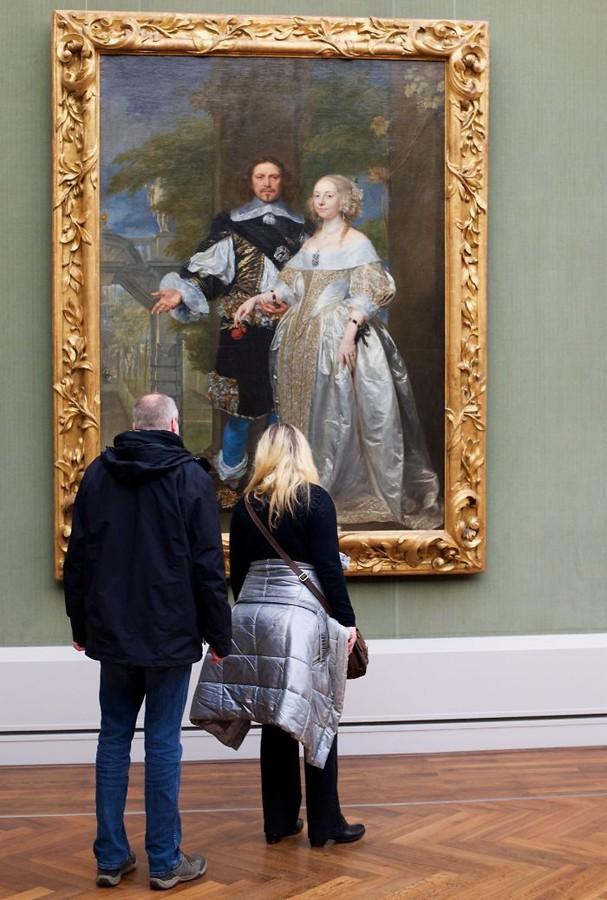Fotógrafo registra visitantes que combinam com as obras em museu (Foto: Stefan Draschan/Reprodução)