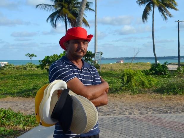 Daniel Luiz vende chapéus há 15 anos (Foto: Dani Fechine/G1)