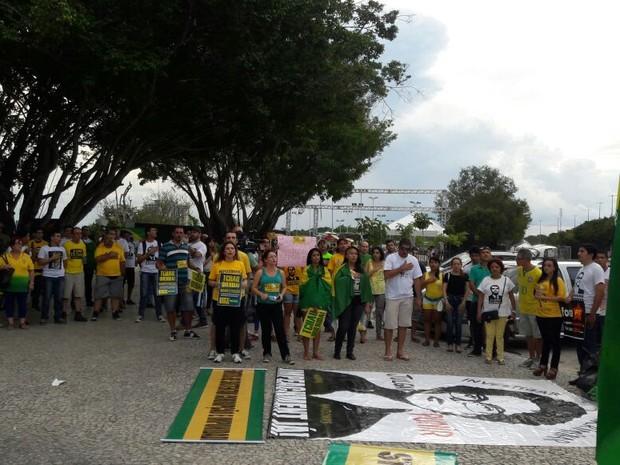 Grupo contra Dilma cantou hino nacional em protesto contra governo (Foto: Adneison Severiano/G1 AM)
