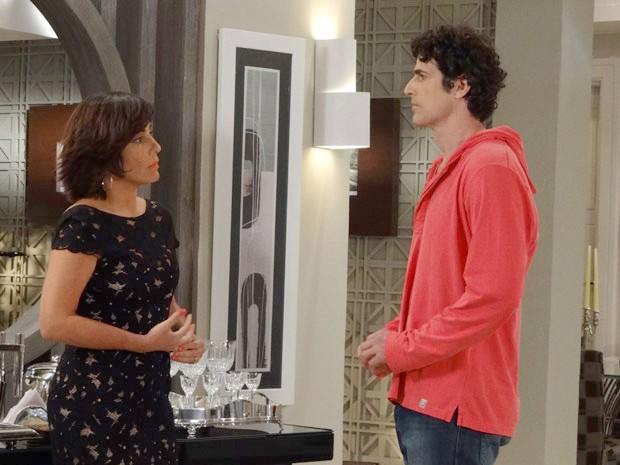 Roberta coloca Nando contra a parede  (Foto: Guerra dos Sexos / TV Globo)
