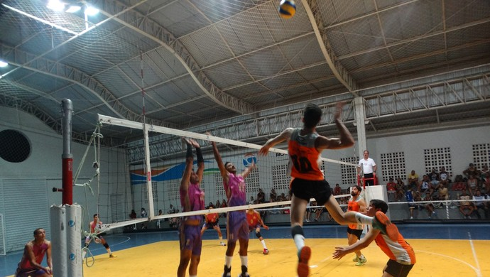 Masculino: Bom Conselho e Arcoverde duelaram na abertura do 8º Campeonato TV Asa Branca de Voleibol (Foto: Mavian Barbosa / GloboEsporte.com)