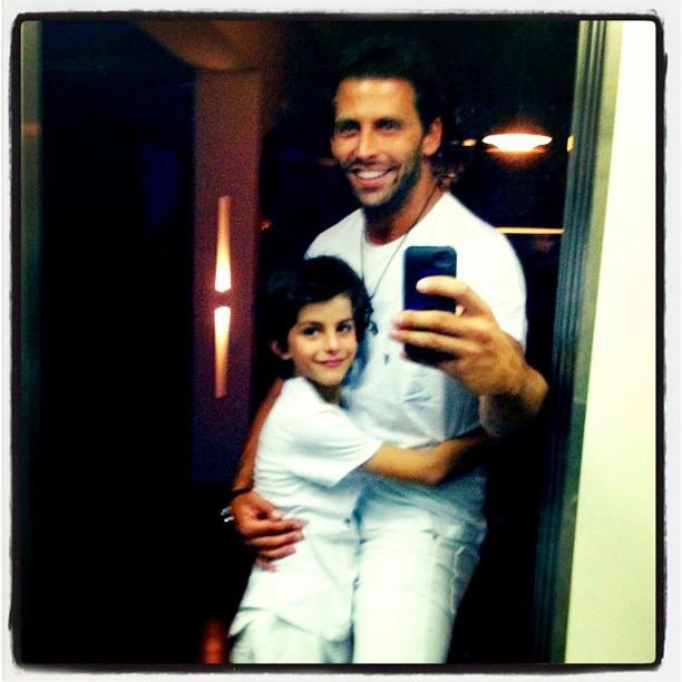 Henri Castelli e o filho Lucas na noite de Réveillon (Foto: Instagram / Reprodução)