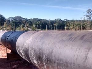 Adutoras que levam água do Rio Guaió para a Represa de Taiaçupeba, em Suzano, que compõe o Sistema Alto Tietê (Foto: Maiara Barbosa/G1)