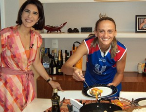 Tá na área fabi cozinhando em casa (Foto: Marcela Dottling)