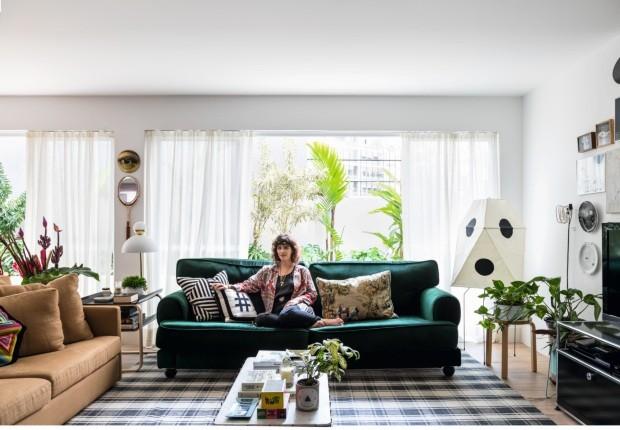 Ana Strumpf cria um colorido high-low em seu apartamento em SP (Foto: Fran Parente)