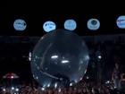 Luan Santana desliza em 'bolha' sobre mar de fãs em show