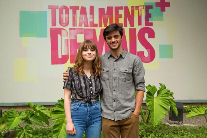 Felipe Simas apresenta músicas da trilha sonora de 'Totalmente Demais' para Gabrielle Aplin (Foto: Fabiano Battaglin/Gshow)