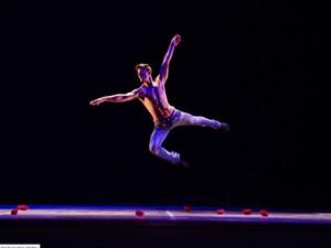 Coreografia 'Entre meus inimigos' do  Instituto de Dança Priscila Ferraz (Foto: Nilson Bastian/Divulgação)