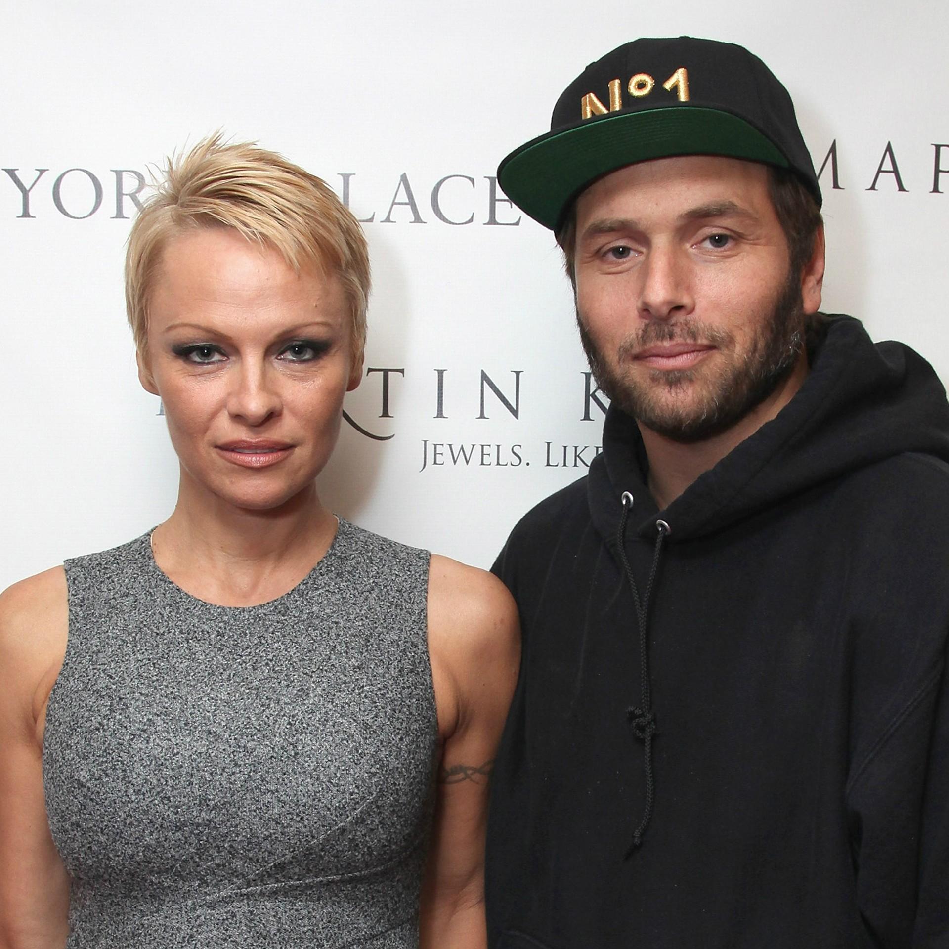 Pamela Anderson também se envolveu com um caçador de noivas famosas, Rick Salomon, conhecido por ter protagonizado a sex-tape de Paris Hilton. Anderson e Salomon se casaram em outubro de 2007 e iniciaram o processo para anular a união dois meses depois. (Foto: Getty Images)