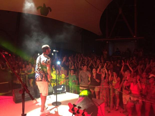 Levi Lima em show na Praia do Forte, na Bahia (Foto: Divulgação)