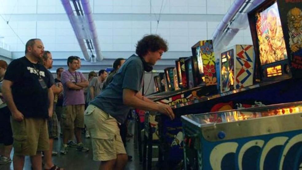 Robert durante o campeonato mundial de pinball: pessoas se aglomeram para vê-lo jogar (Foto: Wizard Mode)