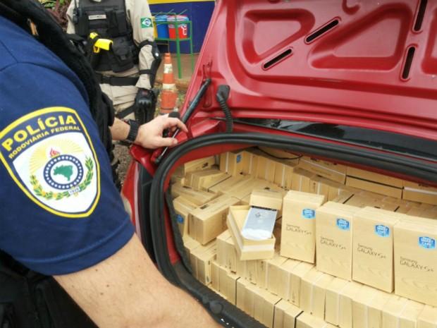 Telefones celulares estavam acomodados no porta-malas e no banco traseiro do automóvel (Foto: PRF / Divulgação)