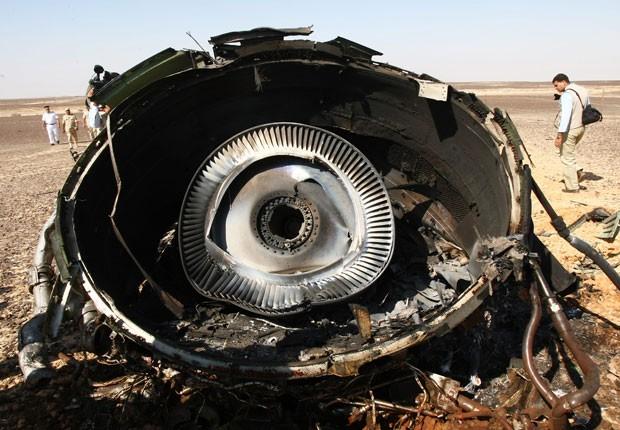 Foto divulgada pelo Ministério das Situações Emergenciais russo mostra parte da turbina do Airbus A321 da Metrojet, que caiu na Península do Sinai (Foto: Maxim Grigoriev/Russian Ministry for Emergency Situations/AP)