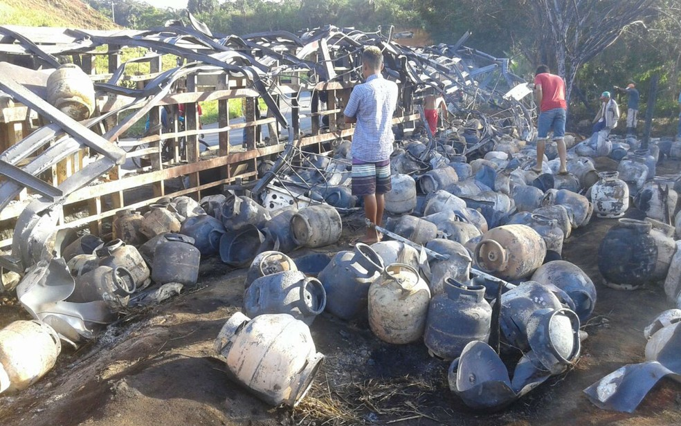 Populares saquearam carreta após o tombamento (Foto: Divulgação/Polícia Rodoviária Federal)