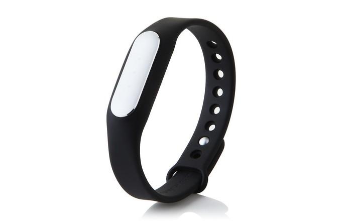 Mi Band é uma pulseira inteligente que rastreia passo e distância percorrida por usuário (Foto: Divulgação/Xiaomi)