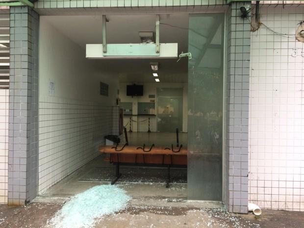 Porta de vidro foi quebrada por morador que não teve atendimento médico (Foto: Solange Freitas/TV Tribuna)