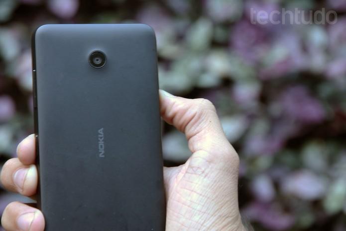 Traseira do Lumia 630 em preto (Foto: Anna Kellen Bull/TechTudo)
