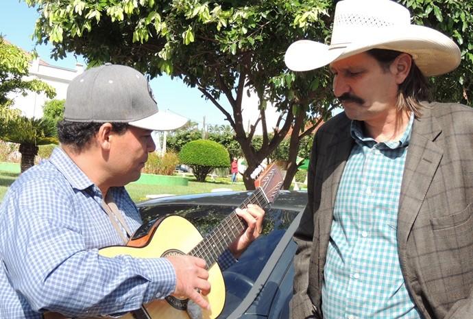 Asa Branca soltou a voz junto do violeiro (Foto: Reprodução / TV TEM)