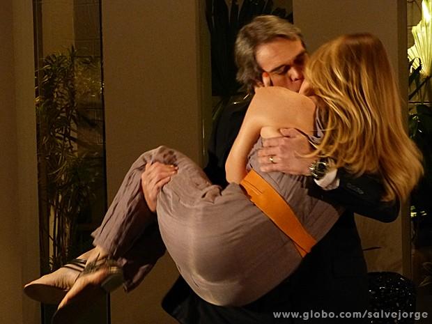 Finalmente! Carlos se muda para casa de Antonia (Foto: Salve Jorge/TV Globo)