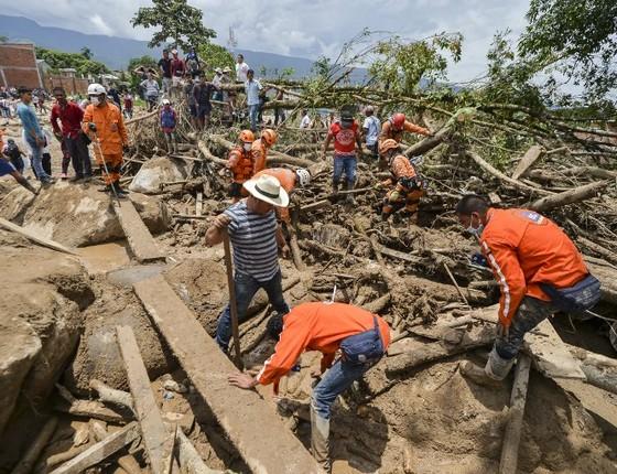 Equipes de resgate seguem seu trabalho de busca em Mocoa, no sul da Colômbia. A enchente e deslizamento de terra provocados por fortes chuvas na região deixaram ao menos 207 mortos (Foto: LUIS ROBAYO / AFP)