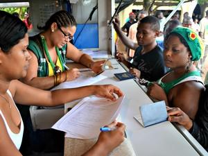 Haitianos fazem cadastro e recebem documentos normalmente (Foto: Veriana Ribeiro/G1)