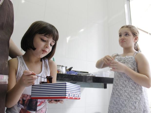 Sofia não tem APLV mas adora os doces que mãe faz para os irmãos (Foto: Isabela Ribeiro/G1)