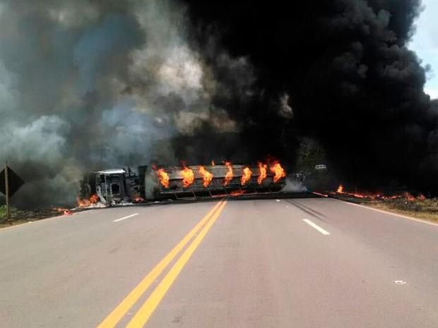De acordo com a PRF, veículo transportava combustível (Foto: PRF/Divulgação)