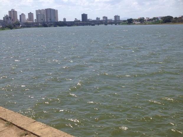 Nível do rio Paraíba do Sul está em 6,67 metros, em Campos, RJ (Foto: Letícia Bucker/G1)