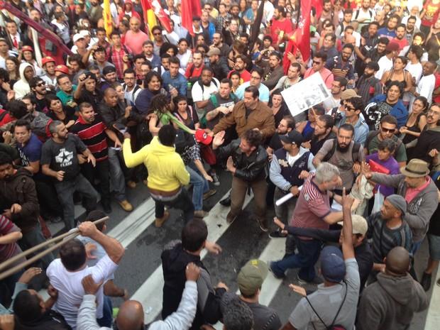 Manifestantes entram em conflito durante manifestação na Paulista (Foto: Glauco Araújo/G1)