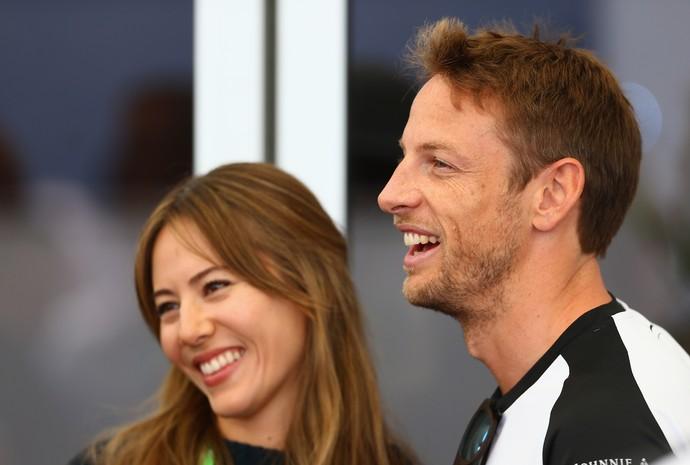 Jenson Button e Jessica Michibata em foto tirada nos boxes da McLaren durante GP do Canadá deste ano (Foto: Getty Images)