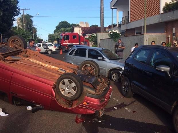 Carro capota no centro de Votuporanga (Foto: Divulgação/Votunews)