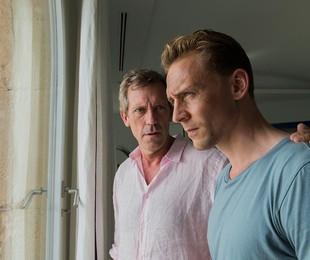 Richard Roper (Hugh Laurie) e Jonathan Pine (Tom Hiddleston) em 'The night manager' | Des Willie/The Ink Factory/AMC
